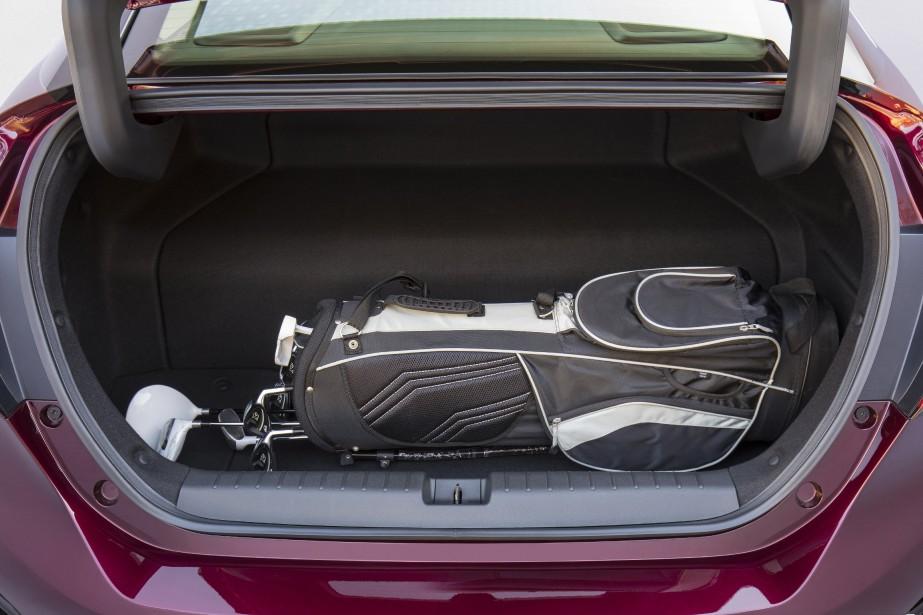 À l'arrière, deux réservoirs, l'un placé sous le siège, l'autre dans le coffre, enlèvent quelque 105 L au volume de chargement du coffre arrière, accessible au moyen d'un hayon. ()