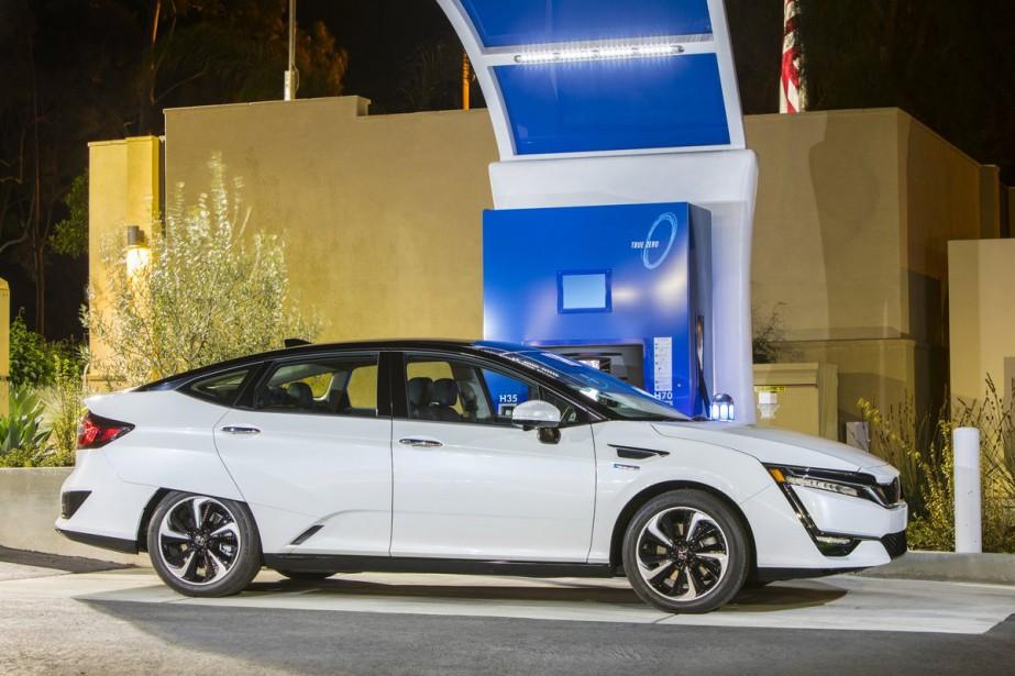Lorsque les deux réservoirs sont pleins à ras bord, l'autonomie passe à 589 km, ce qui est tout de même plus de 200 km de plus que celle de la Chevrolet Bolt. ()