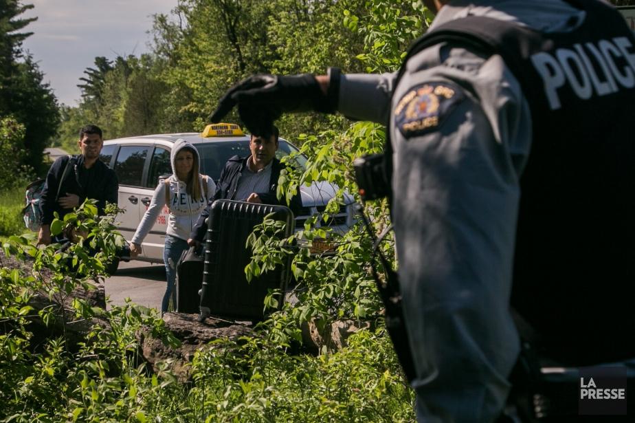 Plusieurs migrants traversent la frontière canadienne illégalement sur... (Photo Martin Tremblay, archives La Presse)