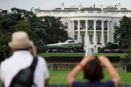 Marine One, l'hélicoptère présidentiel, décolle devant la Maison-Blanche....