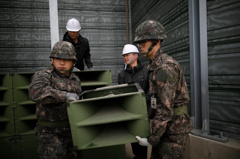 Des soldats sud-coréens ont procédé au retrait des... (AP)