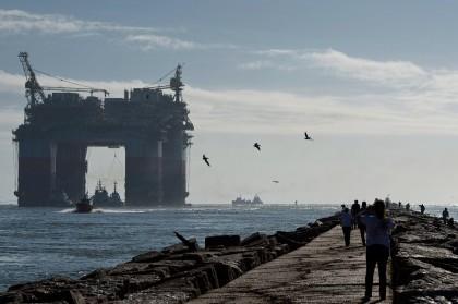 Une plateforme de forage de Chevron tirée par...