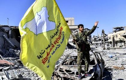 Ce membre des Forces démocratiques syriennes porte le...
