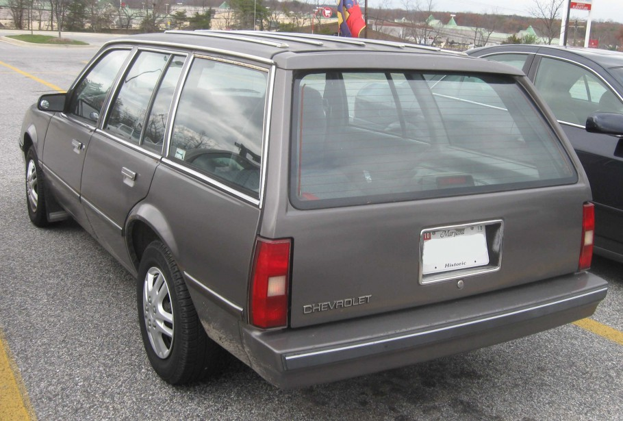 Sa première voiture -  Une Chevrolet Cavalier familiale 1987 couleur argent... mais dont la porte côté conducteur était bleue. | 1 mai 2018