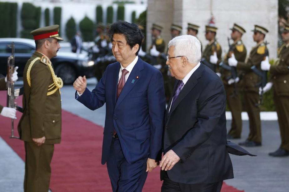 Shinzo Abe a été accueilli mardi à Ramallah... (PHOTO AFP)