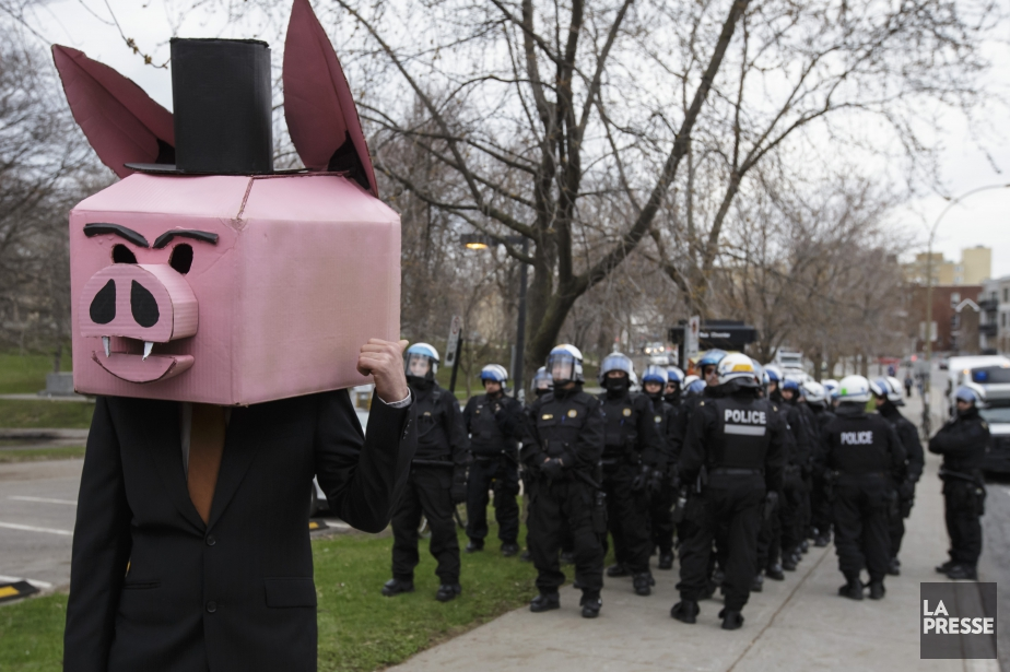 À 19h, policiers et petits groupes de manifestants... (PHOTO OLIVIER JEAN, LA PRESSE)