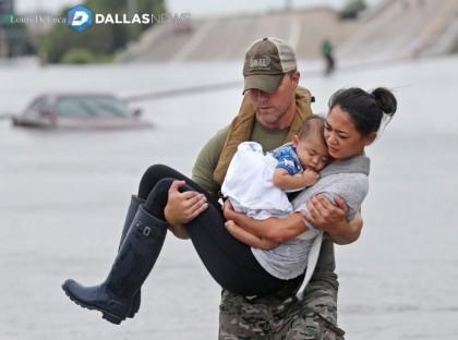 Certaines photos montrant des policiers ou secouristes se portant à l'aide de...