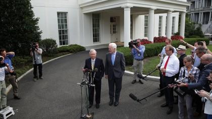 Les sénateurs Mitch McConnell et John Cornyn se...