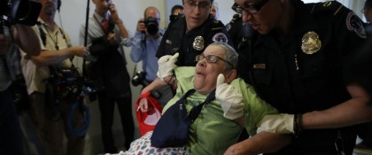 Des dizaines de manifestants ont été arrêtés à...