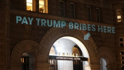 Une projection à l\'entrée du Trump International Hotel...