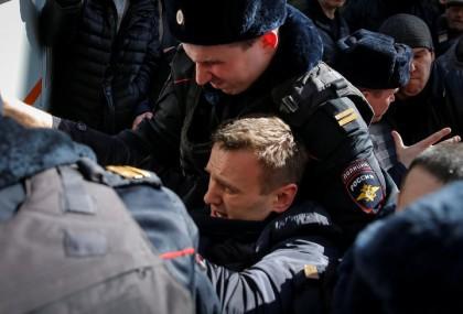 Des milliers de Russes ont défié dimanche le Kremlin en manifestant dans tout...