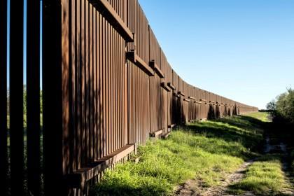 Une barrière métallique se dresse le long d\'une...