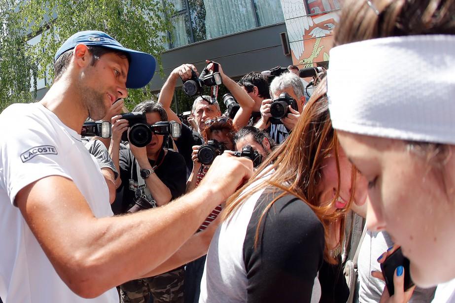 Novak Djokovic a signé des autographes pour ses... (Photo Pedja MILOSAVLJEVIC, AFP)