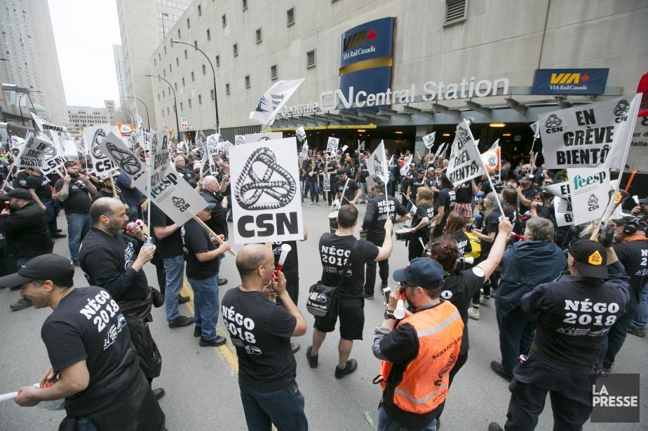 Les employés accusent l'employeur de vouloir privatisercertains services... (PHOTO FRANÇOIS ROY, LA PRESSE)