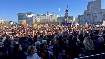 Des milliers d'Américains ont manifesté hier à San...