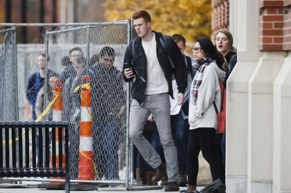 Des étudiants quittent le campus de l\'Ohio State...