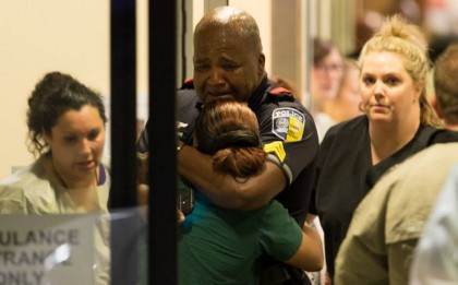 Un policier de Dallas reçoit du réconfort à...