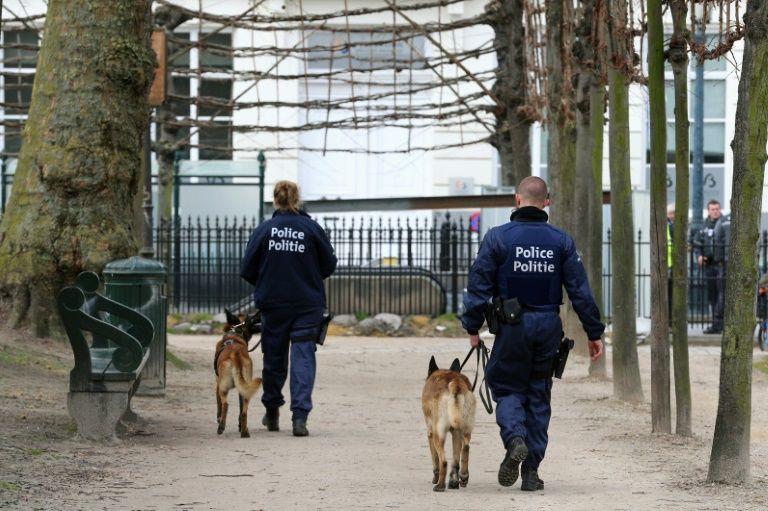 Des policiers patrouillent dans un parc de Bruxelles...