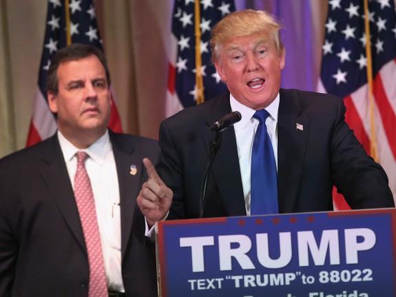 Sous le regard tétanisé de Chris Christie, Donald...