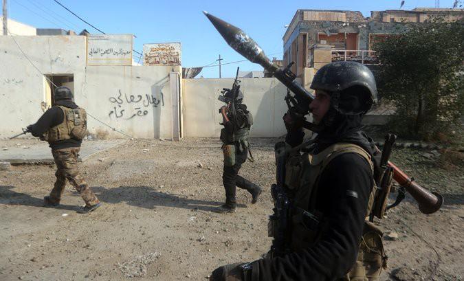 Des soldats irakiens patrouillent dans Ramadi, chef-lieu de la province sunnite...