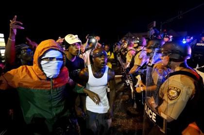 Des manifestants ont fait face à des policiers...
