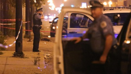Des policiers arrivent sur la scène d'un incident...