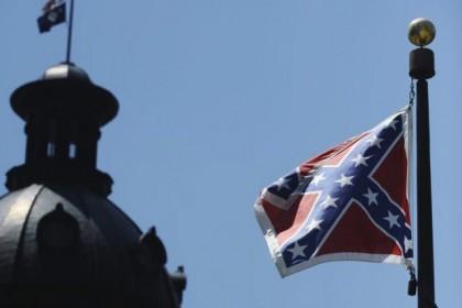 Le drapeau confédéré, qui flotte devant le parlement...