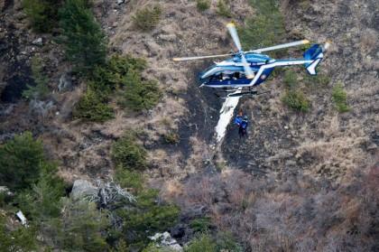 Un hélicoptère français survole le site de l'écrasement...