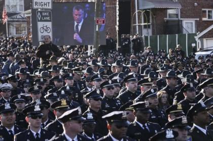 Des centaines de policiers ont tourné le dos...