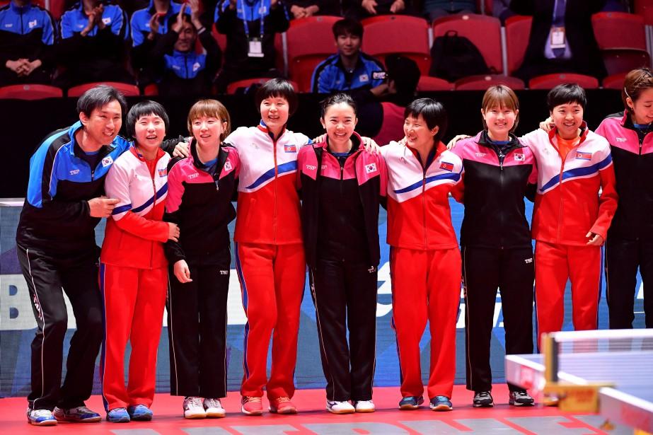 Les délégations féminines dela Corée du Nord et... (Photo Jonas Ekstromer, Reuters)