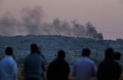 Des Kurdes de Turquie observent le pillonnage de...