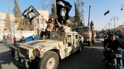 Des membres de l'organisation État islamique ont défilé...