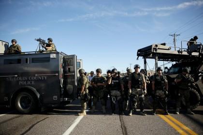 Des policiers du comté de Saint-Louis en tenue...