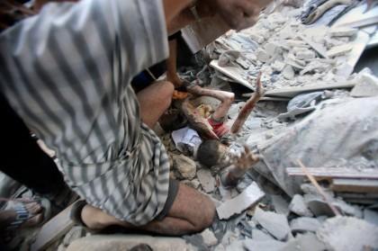 Un enfant appelle à l\'aide après le bombardement...