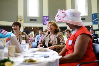 La sénatrice de Caroline-du-Nord Kathy Hagan (au centre)...