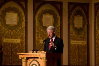 Bill Clinton a défendu son bilan économique hier...