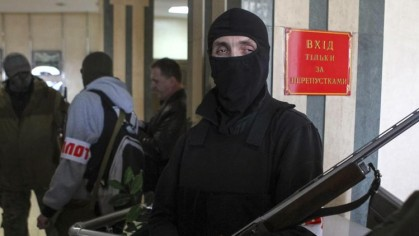 Armés de Kalashnikov, des séparatistes pro-russes masqués occupent...