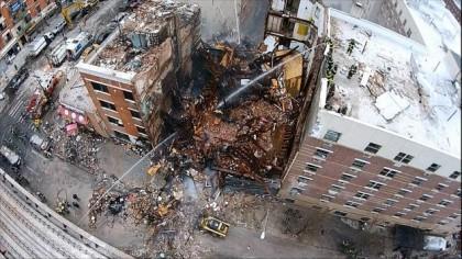 Cette photo prise à l'aide d'un drone miniature montre les deux immeubles...