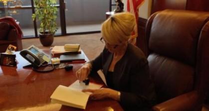 La gouverneure d\'Arizona Jan Brewer a opposé son...