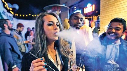 Des fumeurs de marijuana célèbrent la légalisation du...