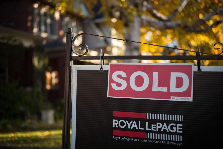 Le prix de vente moyen des logements a... (Photo Graeme Roy, Archives La Presse canadienne)