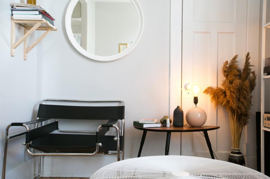 Effet miroir: Un miroir rond a été accroché au salon. Il donne une profondeur à la pièce, plutôt petite. | 3 mai 2018