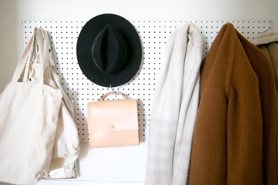 Tableau-patère: À côté de la porte d'entrée, une planche d'établi sert de portemanteau. François y a fixé des crochets pour suspendre vestes, chapeaux et sacs. | 3 mai 2018