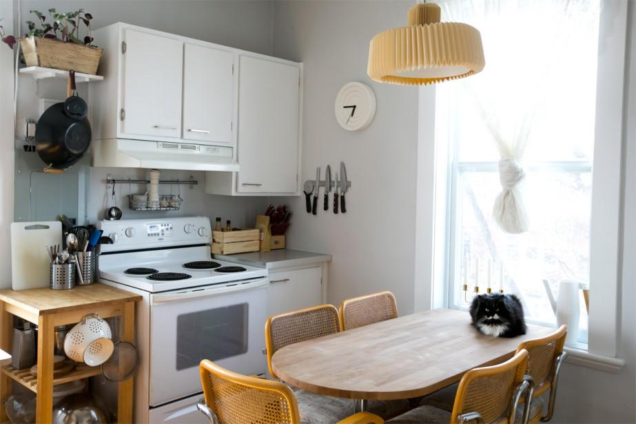 Papier-ciseaux: François a récupéré des chaises «Cesca» de ses grands-parents pour la cuisine, qui sert aussi de salle à manger. | 3 mai 2018