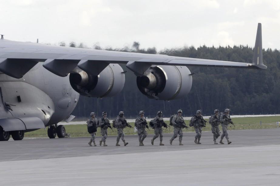 Des soldats américains aux côtés d'un avion C-130.... (Photo Ints Kalnins, archives REUTERS)