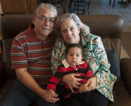 Lynne et Ernest Machado avec leur petit-fils, dont...