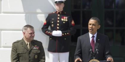Le général James Cartwright (à gauche) a été...