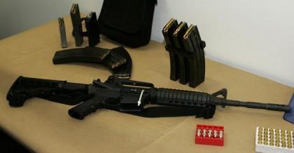Un Bushmaster AR-15 et des chargeurs de grande...