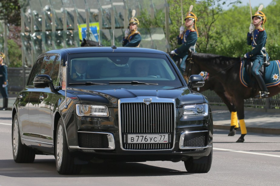 La limousine présidentielle Made in Russia Aurus Kortezh (prononcer Cortège), avec à son bord Vladimir Poutine, en route vers la cérémonie de son investiture, ce matin à Moscou. (AFP)