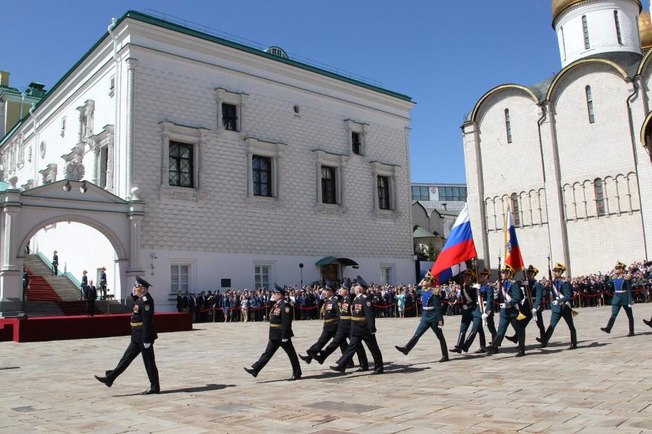 Vladimir Poutine assiste à un défilé du régiment présidentiel russe après son investiture. (Photo Agence Spoutnik, via AFP)